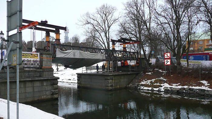 Tunga Lyft renoverar en bro